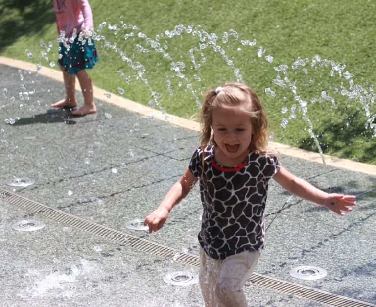 klyde warren childrens park fountains